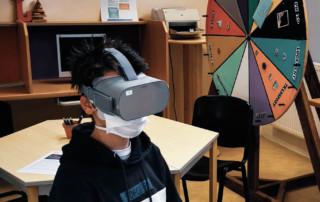 Un jeune en immersion professionnelle grâce au masque de réalité virtuelle Métiers 360